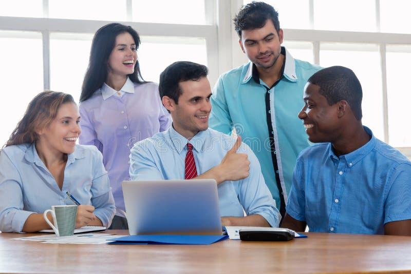 Werkgever met gemotiveerd internationaal commercieel team stock afbeelding