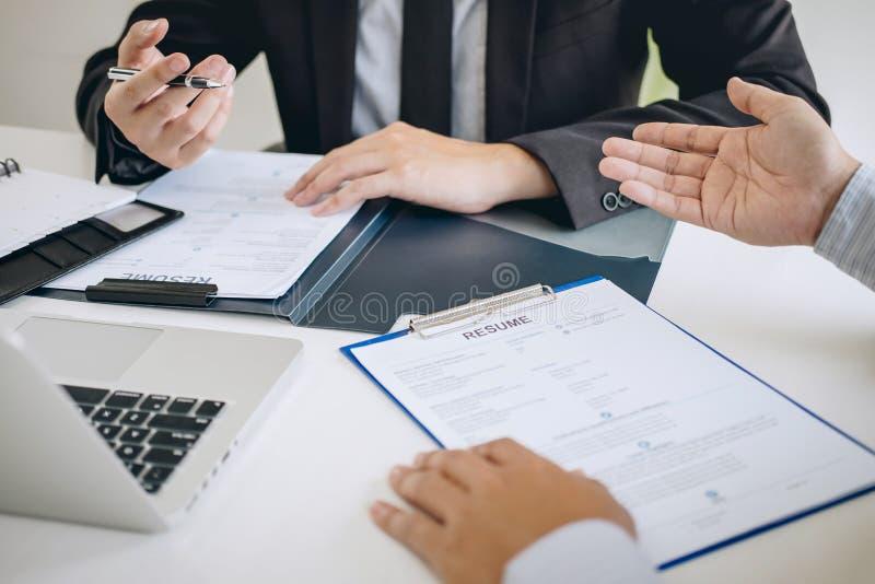 Werkgever of recruiter de holding die een samenvatting tijdens ongeveer onderhoud zijn profiel van kandidaat, werkgever in kostuu stock foto