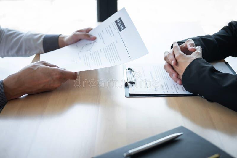 Werkgever of recruiter de holding die een samenvatting tijdens ongeveer onderhoud zijn profiel van kandidaat, werkgever in kostuu royalty-vrije stock afbeelding