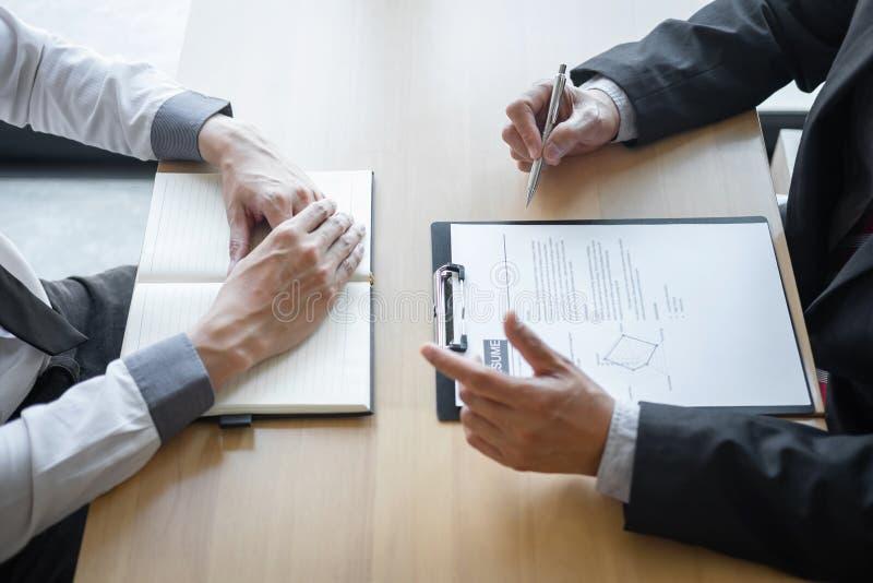 Werkgever of recruiter de holding die een samenvatting tijdens ongeveer onderhoud zijn profiel van kandidaat, werkgever in kostuu royalty-vrije stock foto