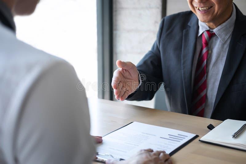 Werkgever of recruiter de holding die een samenvatting tijdens ongeveer onderhoud zijn profiel van kandidaat, werkgever in kostuu stock afbeeldingen