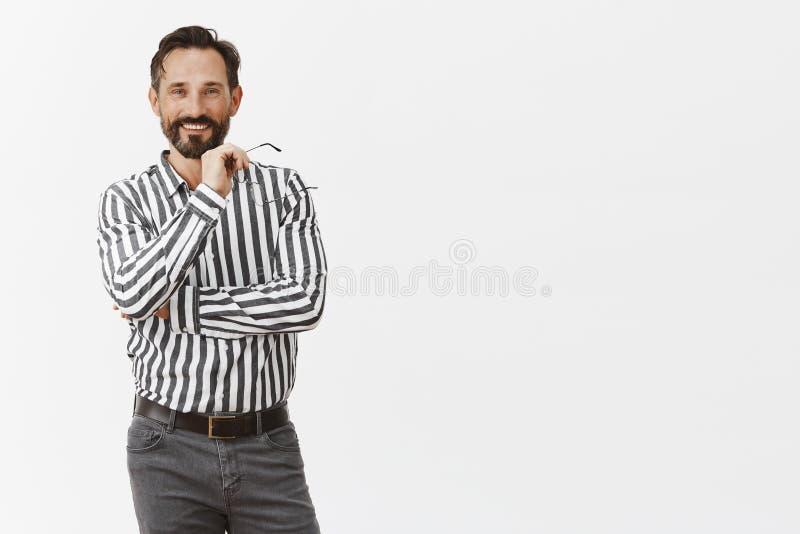 Werkgever tevreden met werkgever die groot idee voorstellen Portret van gelukkige knappe mannelijke ondernemer in formele uitrust stock foto