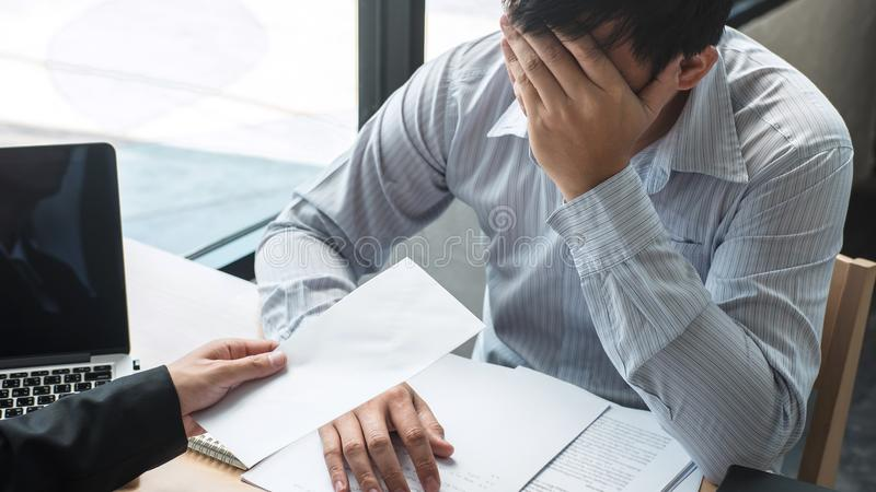 Werkgeverswerkgever die een vergoedingsbrief verzenden naar zakenman om contract te verwerpen die, die en van het werkconcept ver royalty-vrije stock foto