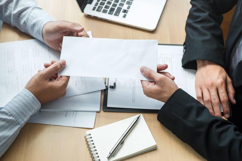 Werkgeverswerkgever die een vergoedingsbrief verzenden naar zakenman om contract te verwerpen die, die en van het werkconcept ver royalty-vrije stock fotografie