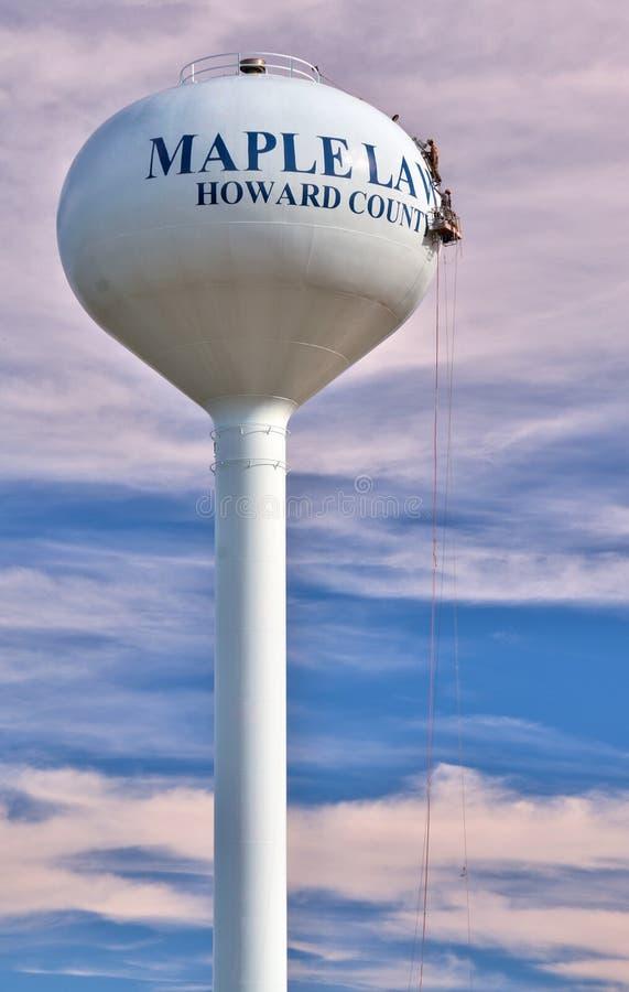 Werklieden die een moderne watertoren schilderen stock foto's