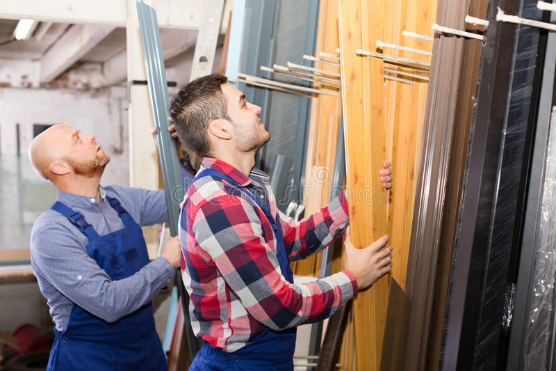 Werklieden die raamkozijnen inspecteren stock fotografie