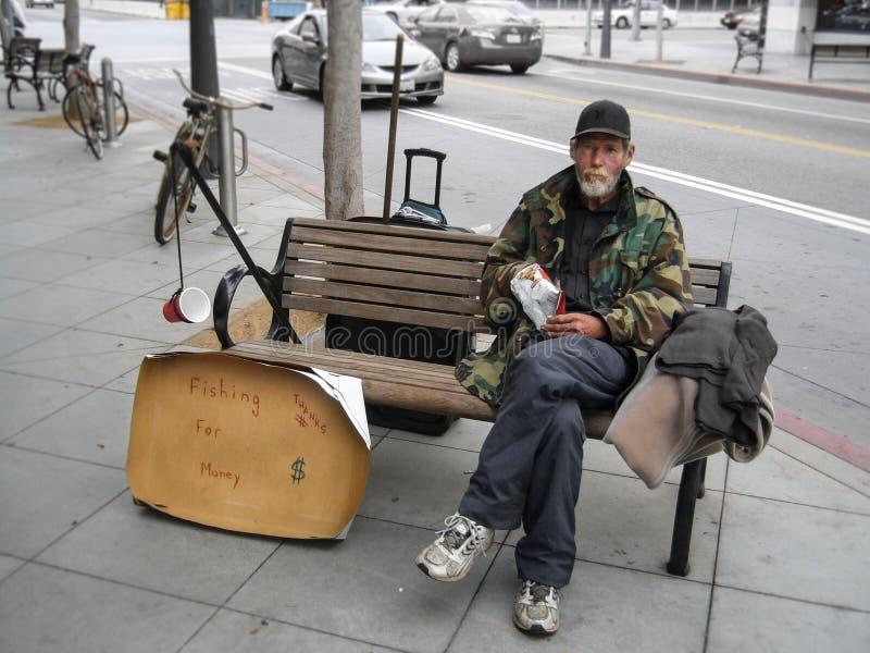 Werkloze mensenzitting op een bank en het bedelen voor geld royalty-vrije stock fotografie