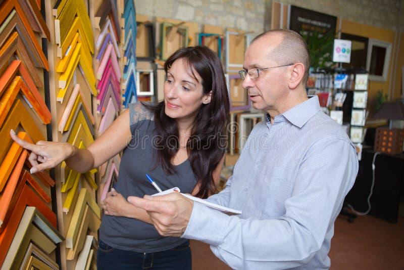 Werkman die kader kiezen bij het ontwerpen van afgietsel in atelier stock afbeeldingen