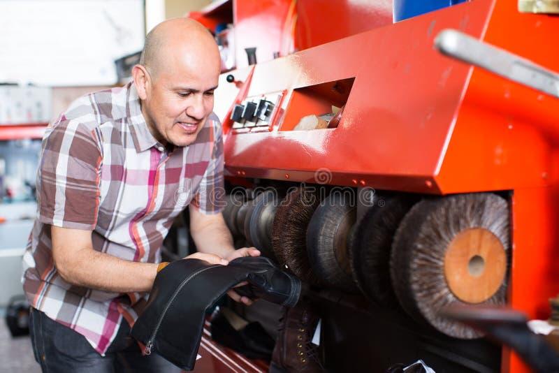 Werkmans oppoetsende laarzen in workshop royalty-vrije stock foto's