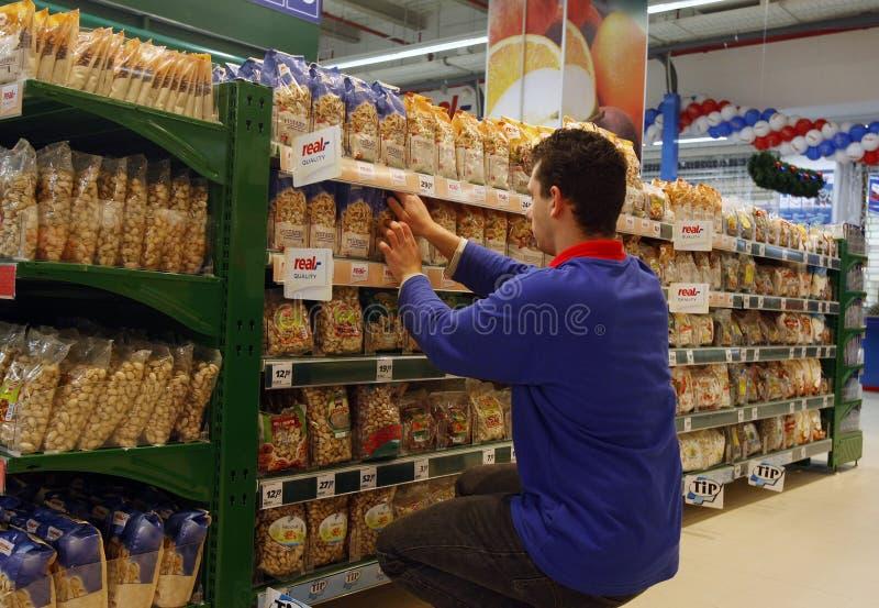 Werknemer bij supermarkt