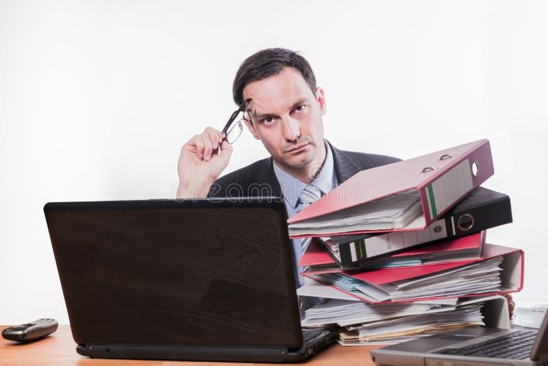 Werknemer die over problemen op het werk denken stock afbeeldingen
