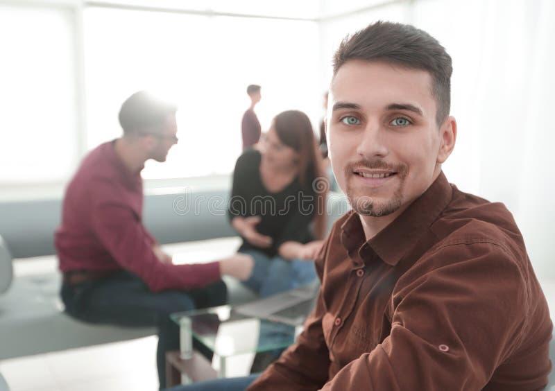 Werknemer op de achtergrond van commercieel team stock afbeeldingen