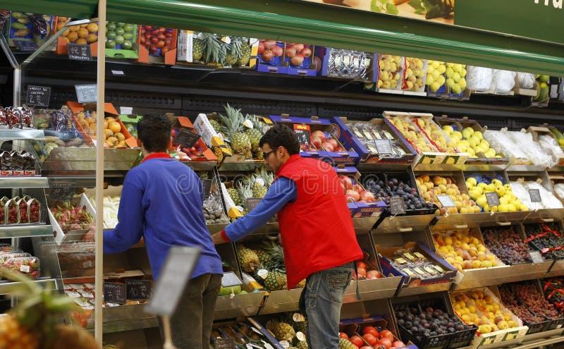 Werknemers bij supermarkt royalty-vrije stock afbeeldingen