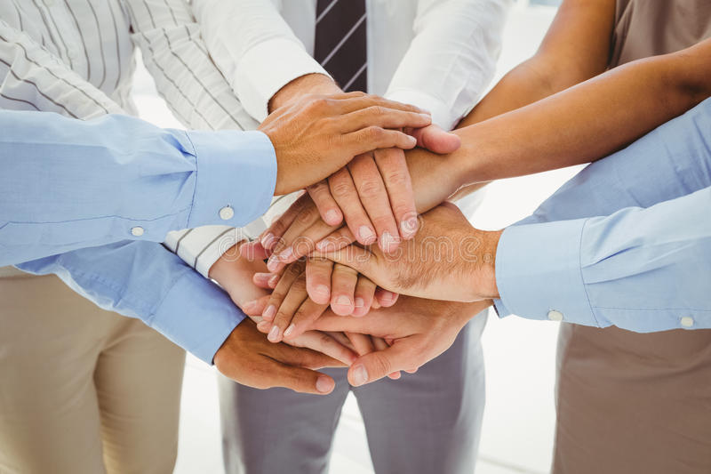 Werknemers die handen samenbrengen royalty-vrije stock afbeelding