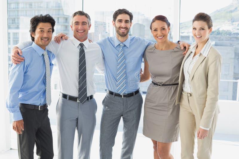 Werknemers die voor de camera glimlachen stock foto