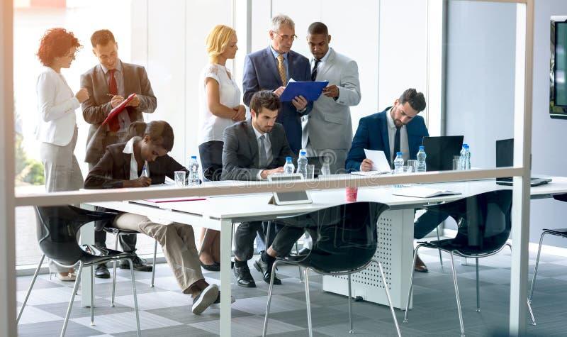 Werknemersdiscus over zaken stock afbeelding