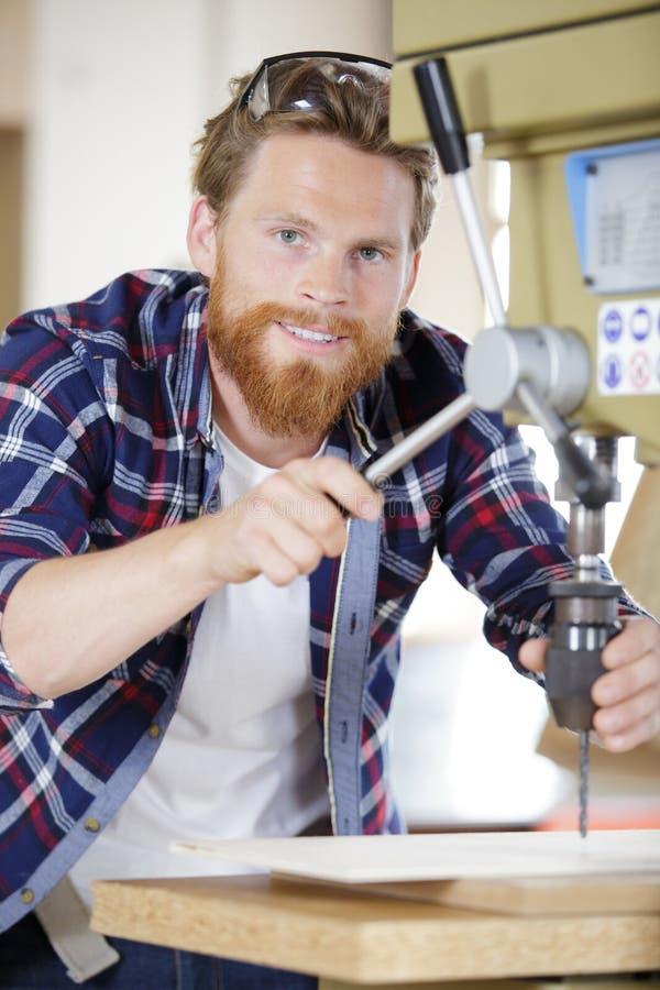 Werknemersverminderend boor bit op machine stock foto's