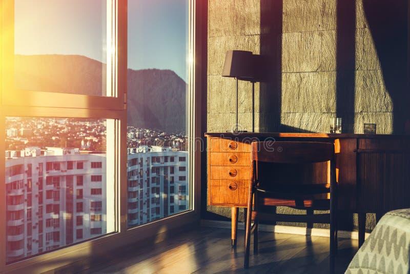 Werkplaats in de flat Concept het werk thuis Flat met stadsmening stock fotografie