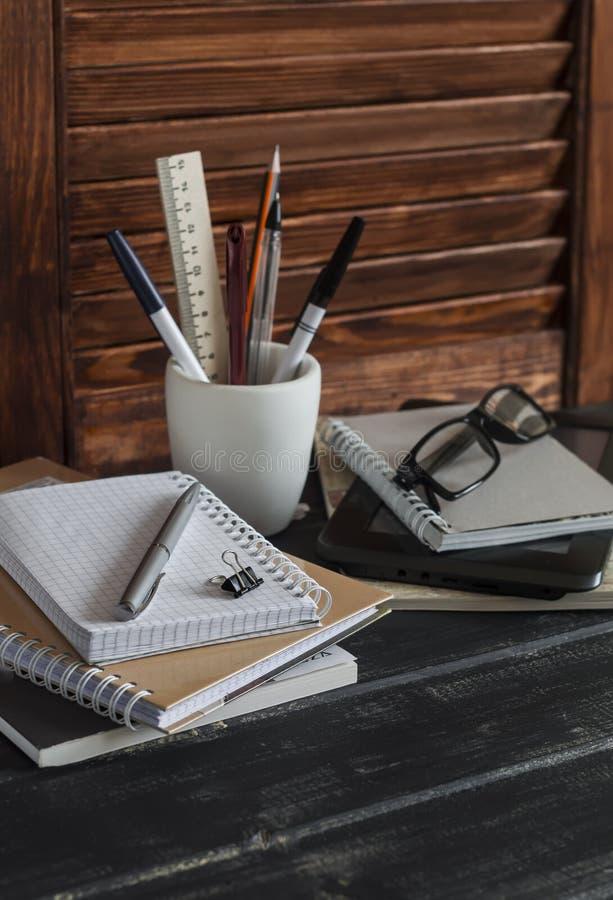 Werkplaats en toebehoren voor opleiding, onderwijs en het werk Boeken, tijdschriften, notitieboekjes, pennen, potloden, tablet, g royalty-vrije stock afbeelding