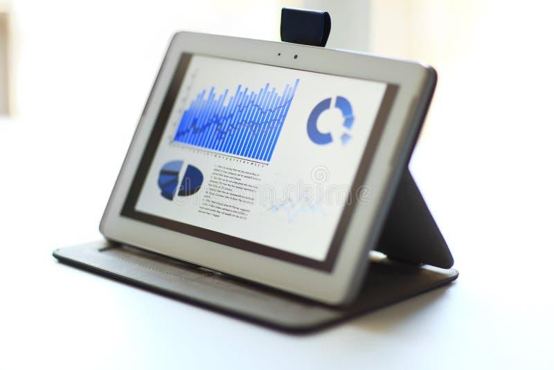 Werkplaats met document, touchpad stock afbeeldingen
