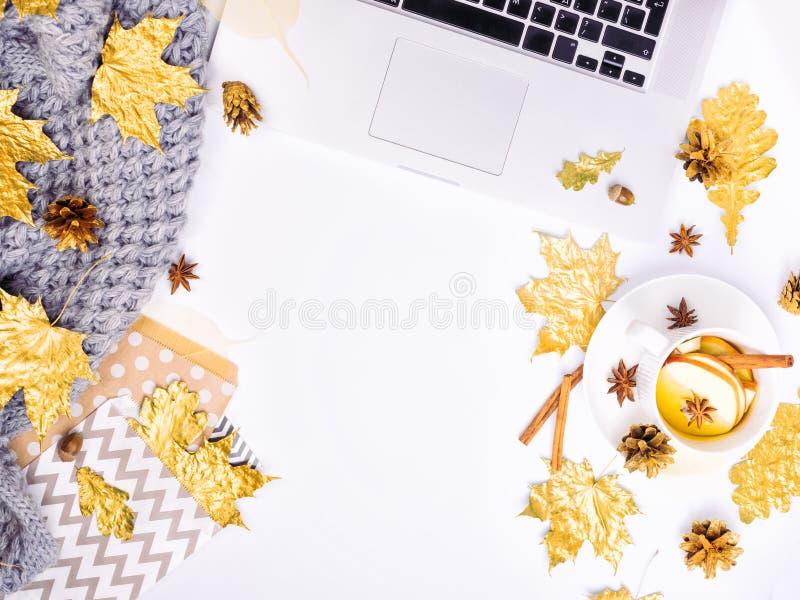 Werkplaats met gouden esdoornbladeren, notitieboekje, grijze sjaal, envelop stock afbeeldingen