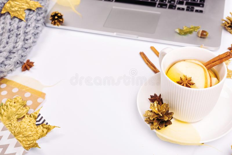 Werkplaats met gouden esdoornbladeren, notitieboekje, grijze sjaal, envelop stock fotografie
