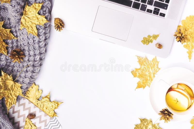 Werkplaats met gouden esdoornbladeren, notitieboekje, grijze sjaal, envelop stock foto