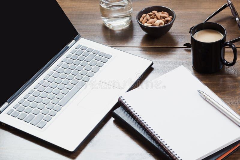 Werkplaats met open laptop, toebehoren op bureaulijst Hoogste mening en exemplaarruimte stock foto's