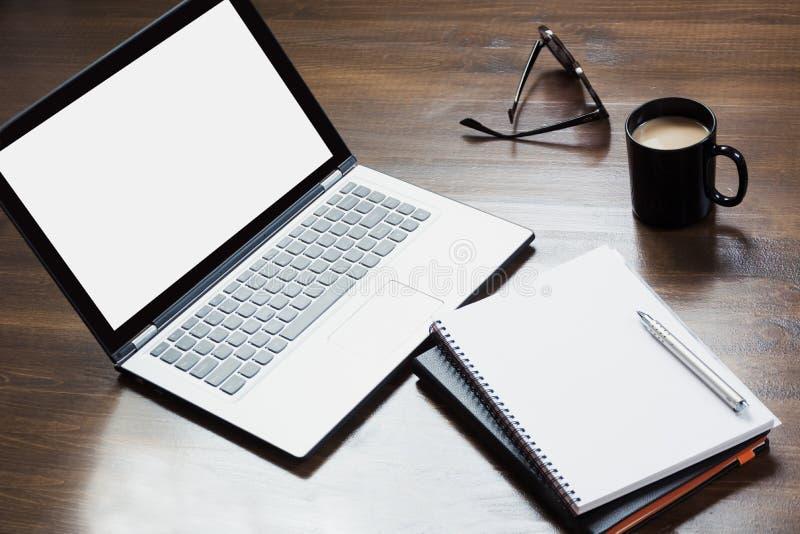 Werkplaats met open laptop, toebehoren op bureaulijst Hoogste mening en exemplaarruimte stock fotografie