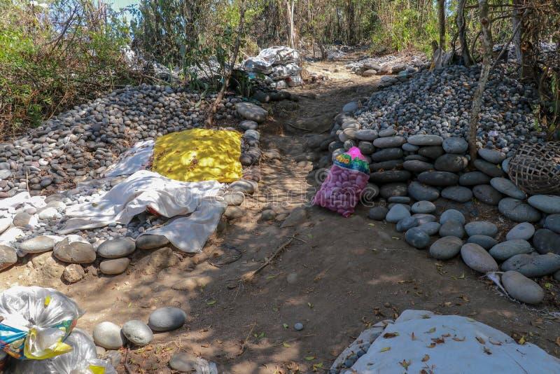 Werkplaats van Balinese steengatherers Gesorteerde keien door grootte Natuurlijk bouwmateriaal Het harde werk Stenen van het over stock foto's
