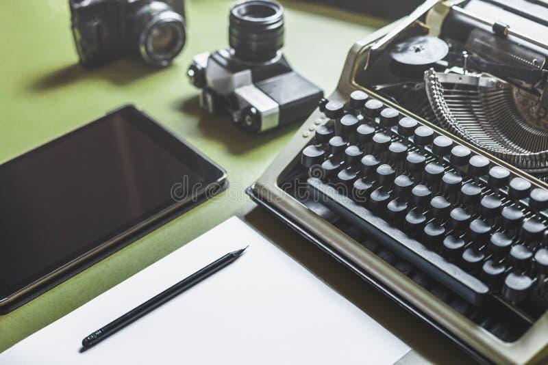 Werkplaats van een Journalist, Schrijver, Blogger Analoge Schrijfmachine, Digitale Tablet en Filmcamera op de Groene Lijst stock afbeelding