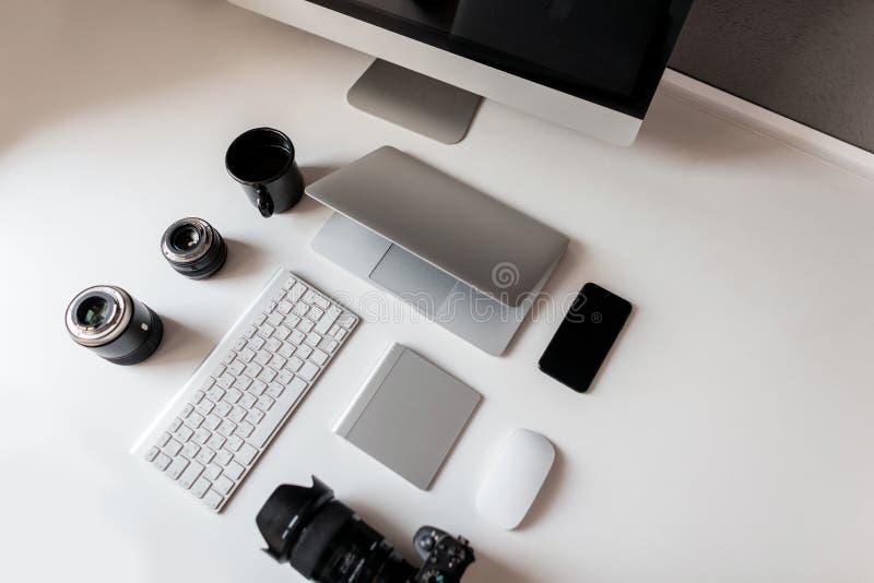Werkplaats van een professionele fotograaf Hoogste mening over witte Desktop met muis, laptop, grafiektablet, kop van koffie, toe stock foto's