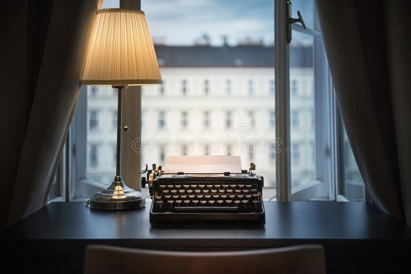 Werkplaats van een schrijver, journalist, schepper Een oude schrijfmachine stock foto's