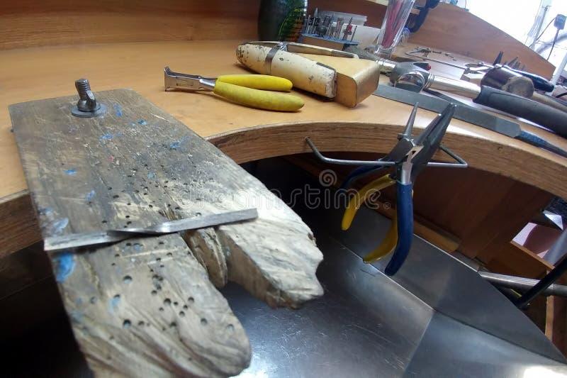Werkplaats van juwelier Het proces om van witgoudringen te vervaardigen en te verwerken Het werk van de handjuwelier royalty-vrije stock afbeelding