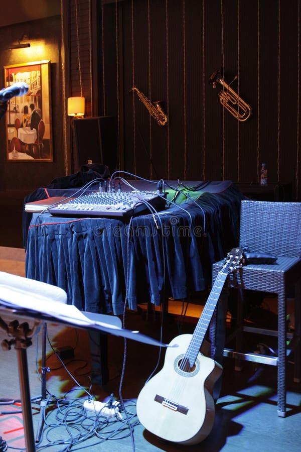 Werkplaats van musici op stadium Hoge stoel, gitaar en andere muzikale instrumenten royalty-vrije stock fotografie