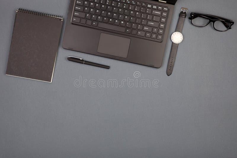 werkplaats van zakenman - laptop, glazen en blocnote royalty-vrije stock afbeelding