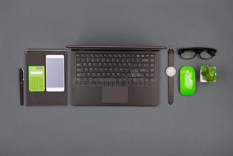 werkplaats van zakenman - laptop, smartphone, glazen en blocnote royalty-vrije stock fotografie