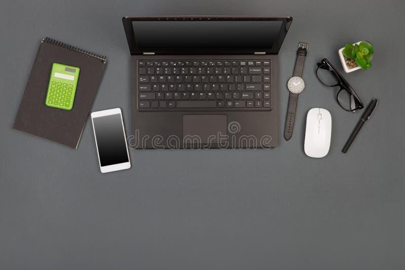 werkplaats van zakenman - laptop, smartphone, glazen en blocnote stock foto's