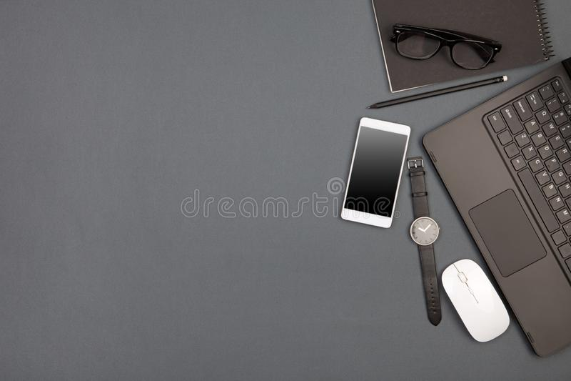 werkplaats van zakenman - laptop, smartphone, glazen en blocnote stock afbeeldingen