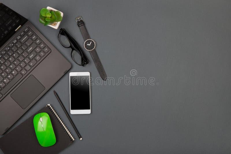 werkplaats van zakenman - laptop, smartphone, glazen en notep stock foto