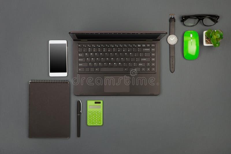 werkplaats van zakenman - laptop, smartphone, glazen en notep stock afbeelding