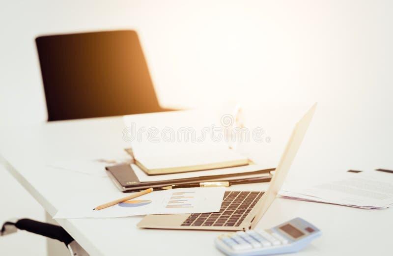 Werkplaatslaptop computer op lijst in bureau met voorwerpen royalty-vrije stock foto