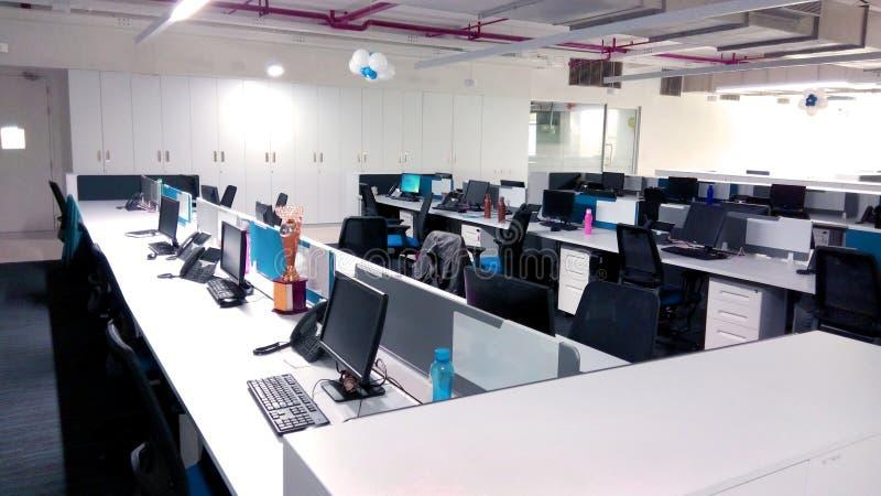 Werkplek met computers een informatietechnologie bedrijf stock fotografie