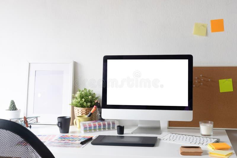 Werkruimte creatieve werkplaats met computermodel en de levering van de bureaukunstenaar op bureau royalty-vrije stock foto
