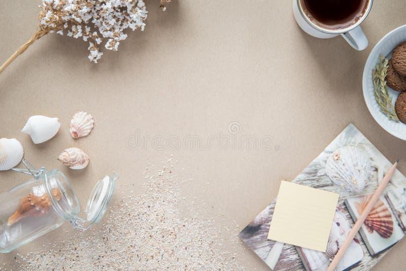 Werkruimte - koffie, en koekje op lijst Achtergrond met vrije te stock afbeelding