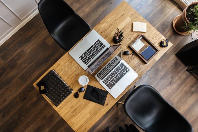 Werkruimte in luchtmening met stoel, laptop royalty-vrije stock afbeeldingen