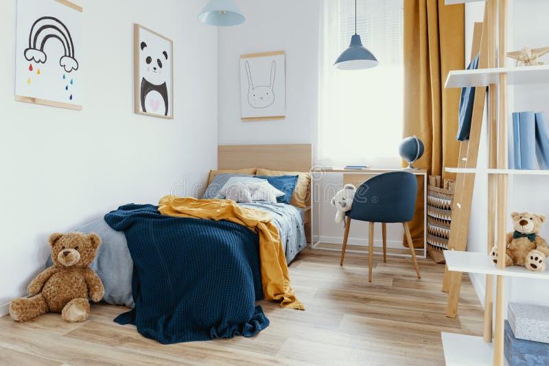 Werkruimte met bureau en stoel in de kamer van een elegante tiener met blauw en oranje design royalty-vrije stock foto