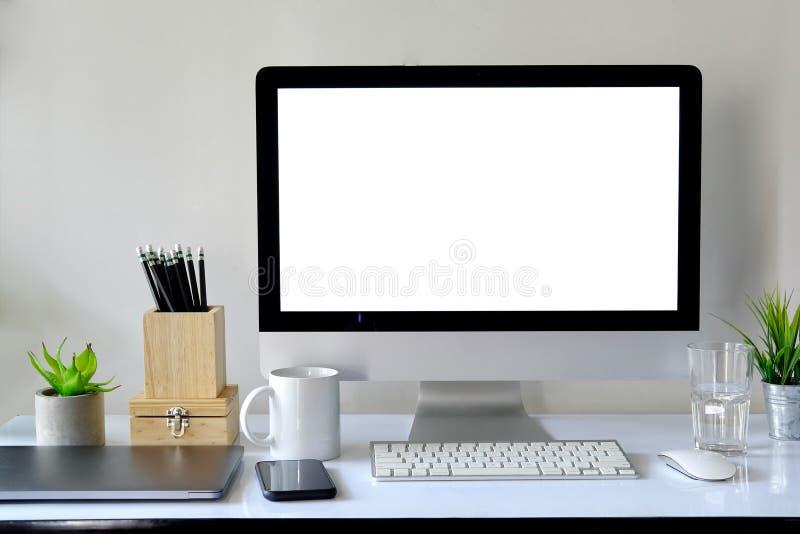 Werkruimte met computer met het lege witte scherm royalty-vrije stock afbeelding