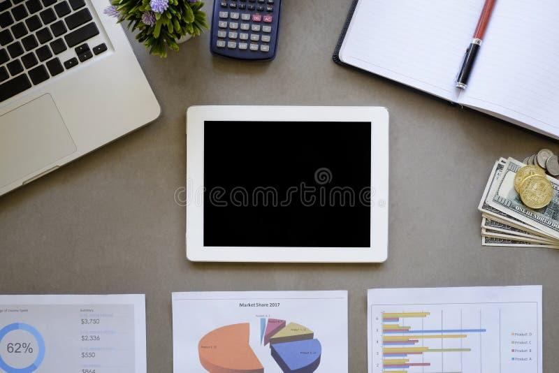 Werkruimte van het concept van de gegevensanalyse, lege tablet op bureau en dat royalty-vrije stock afbeeldingen