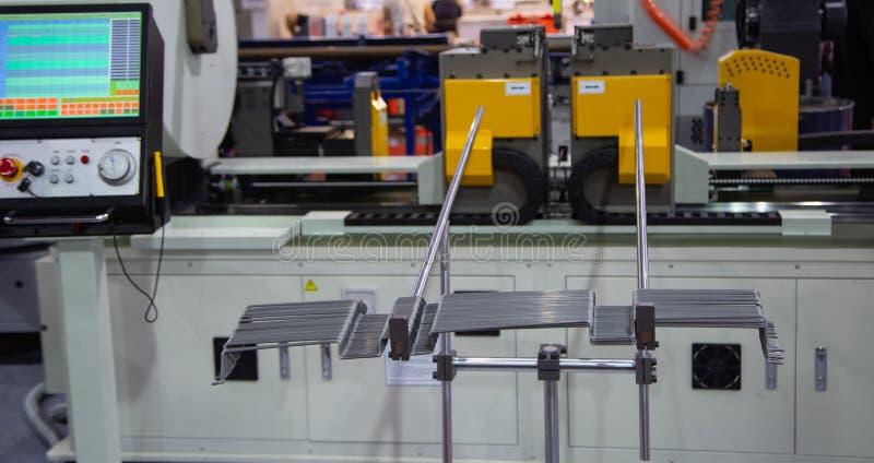 Werkstücke der Stahlstange auf Rohrbiegemaschine CNC 3D lizenzfreie stockfotos